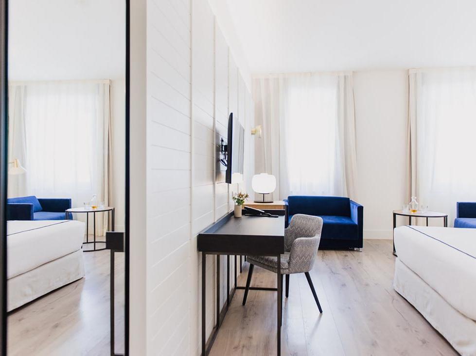 Hotel Molina Lario Deluxe Room Desk