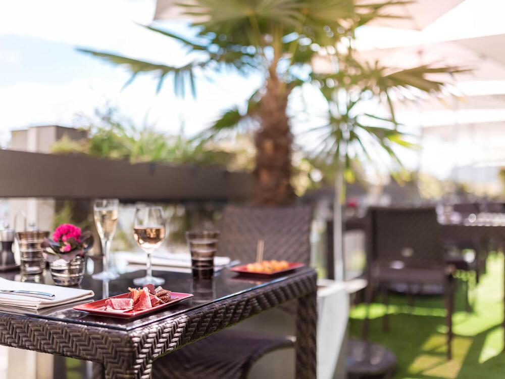 Vue Rapprochée d'une Table au Restaurant Le W Terrasse