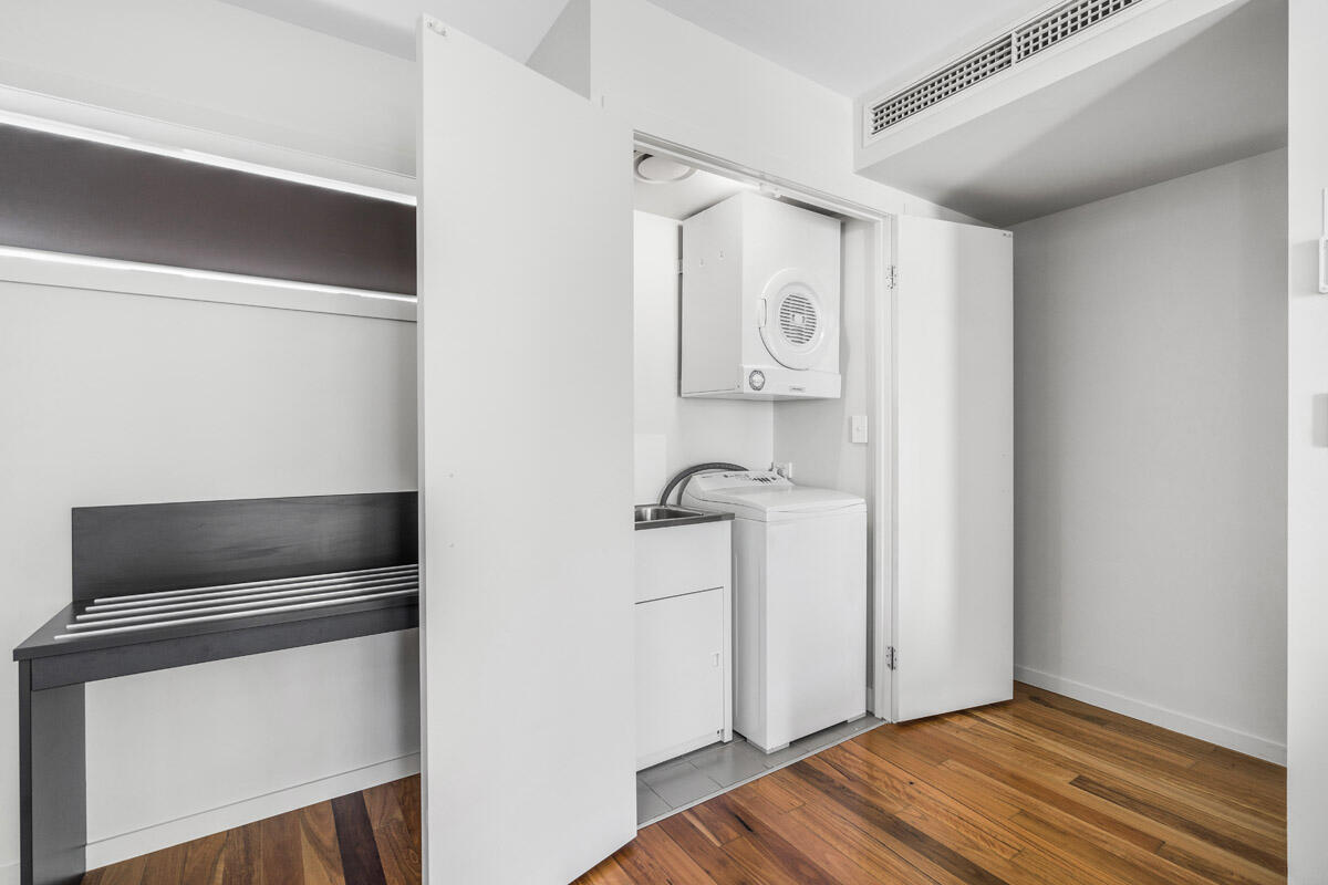 One Bedroom Apartment - Washing machine - Wall-mounted clothes d