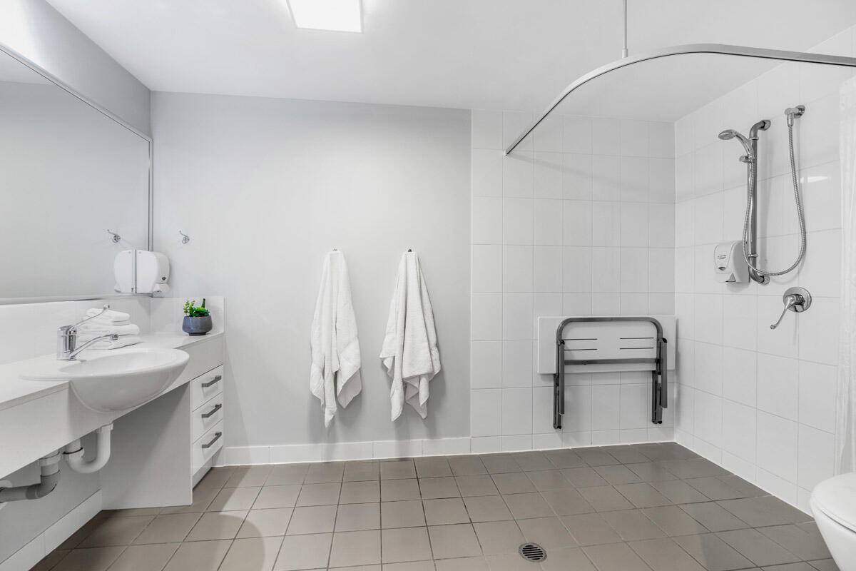 Studio Accessible | Bathroom | Serviced Apartments Brisbane | Es