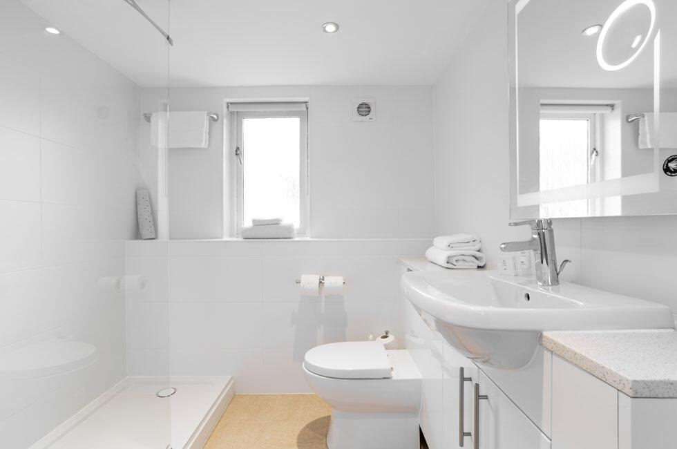 Woodford Bridge Country Club One Bedroom Lodge Bathroom