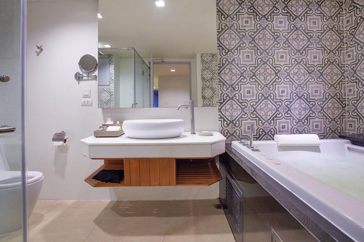 U Zenmaya Phuket Deluxe Seaview Pool Access Room Bathroom