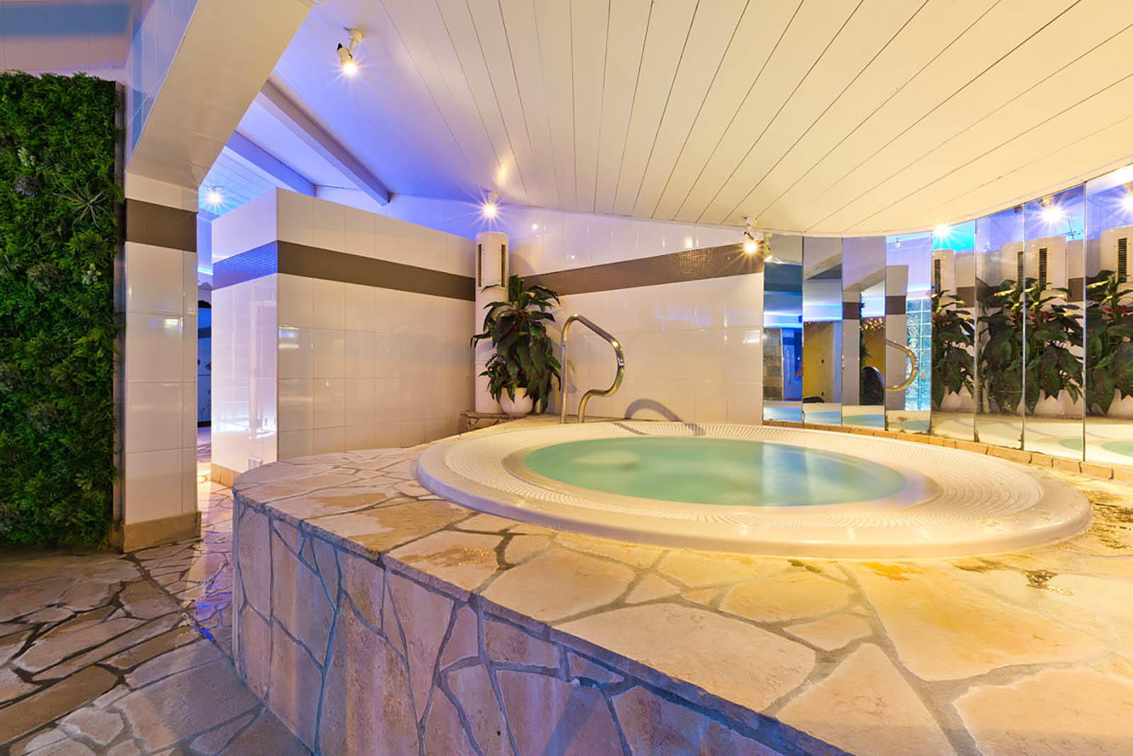 Spa Jacuzzi at Hotel Les Gentianettes, The Originals Relais