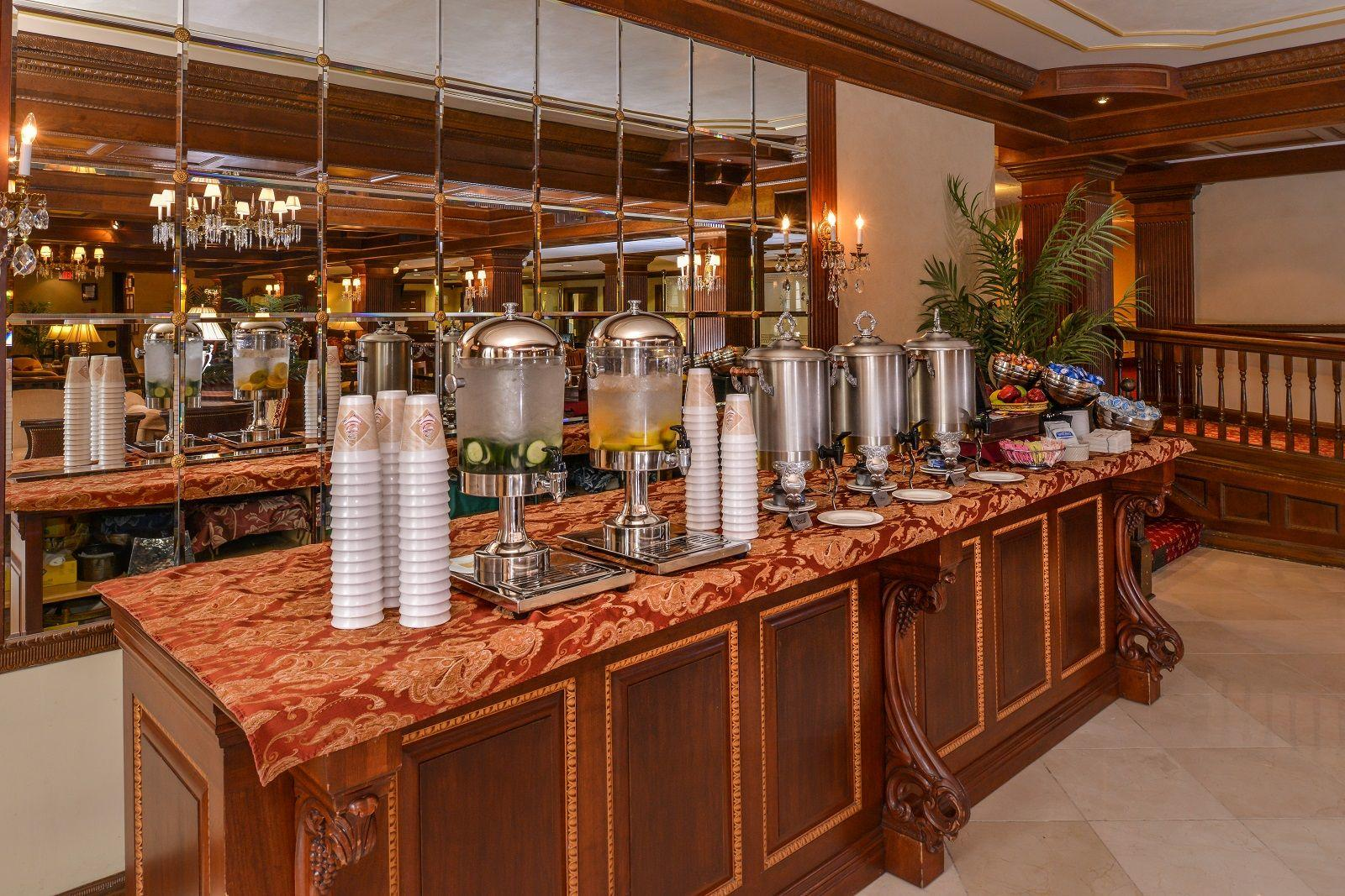 Robust bar with various drinks