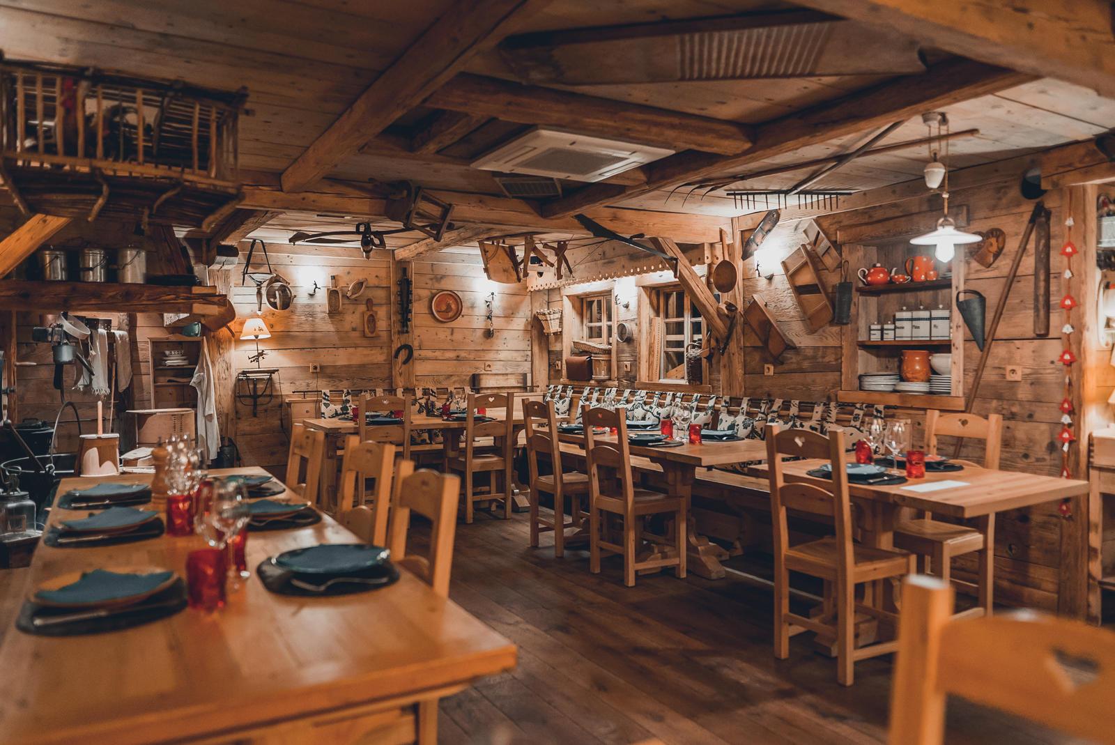 Salle de restaurant sous sol décoration en bois