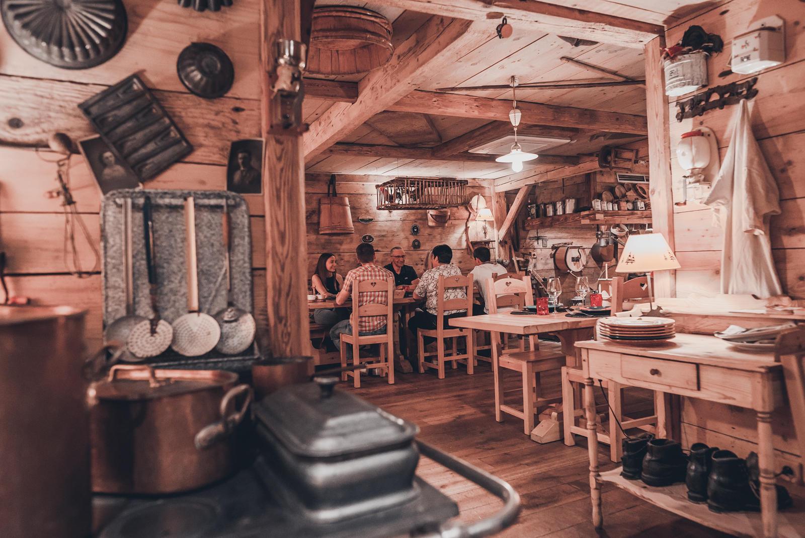 Décoration avec un ancien fourneau et famille en train de dîner