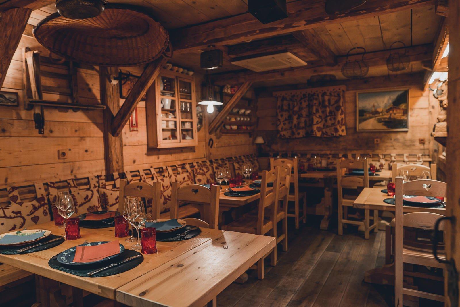 Salle de restaurant en bois avec tables dressées