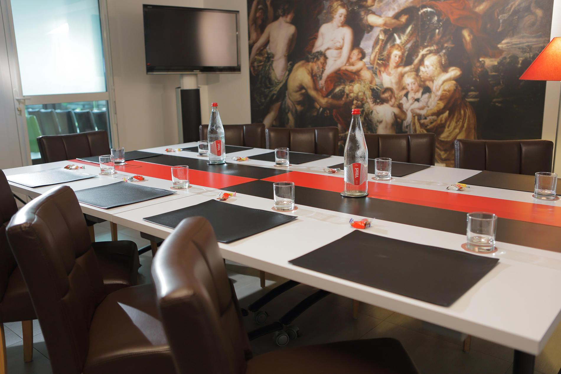 salle au ton rouge et noir pour séminaires près de Nantes
