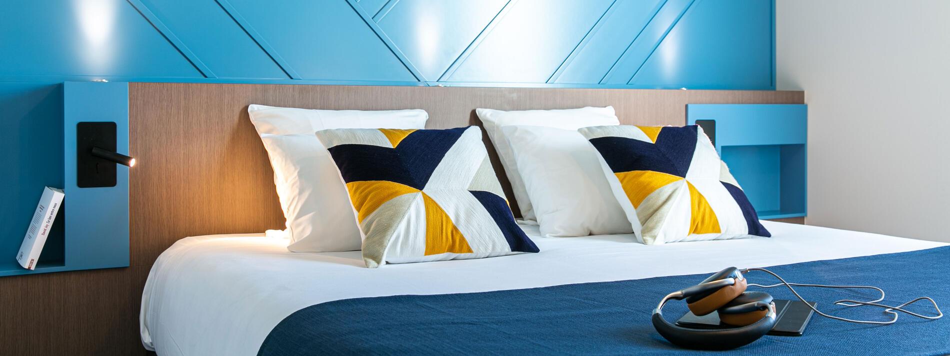 Chambre double grand lit literie haut de gamme oreiller moelleux