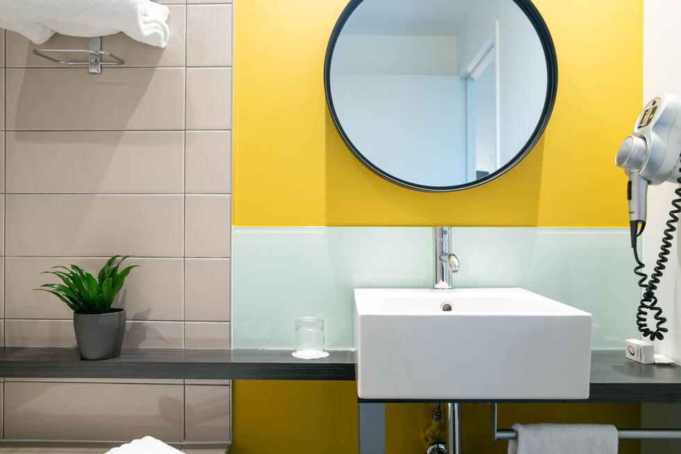 Salle de bain cocon moderne graphique dynamique hôtel design