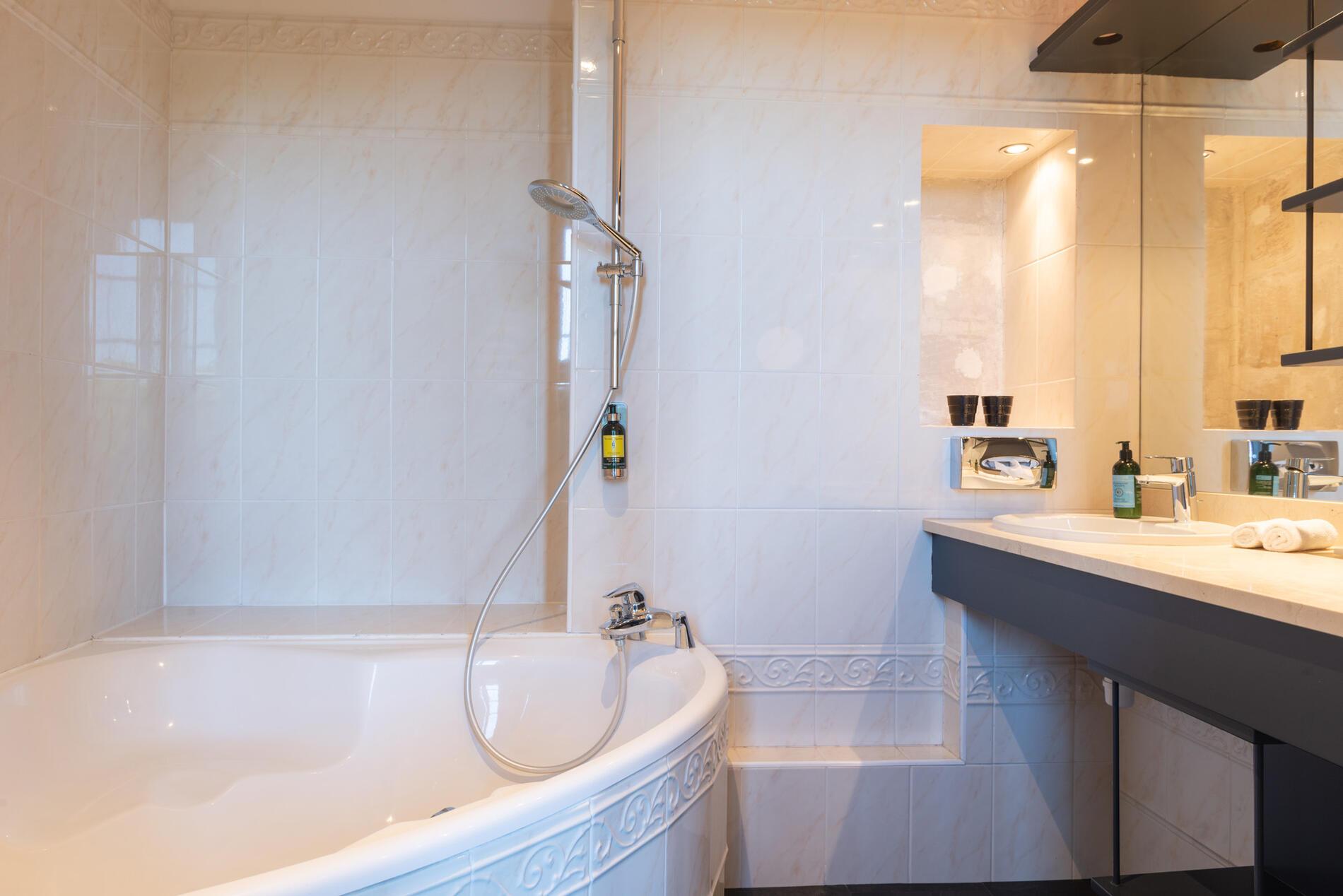 Bathroom at Hotel Anne d'Anjou in Saumur, France
