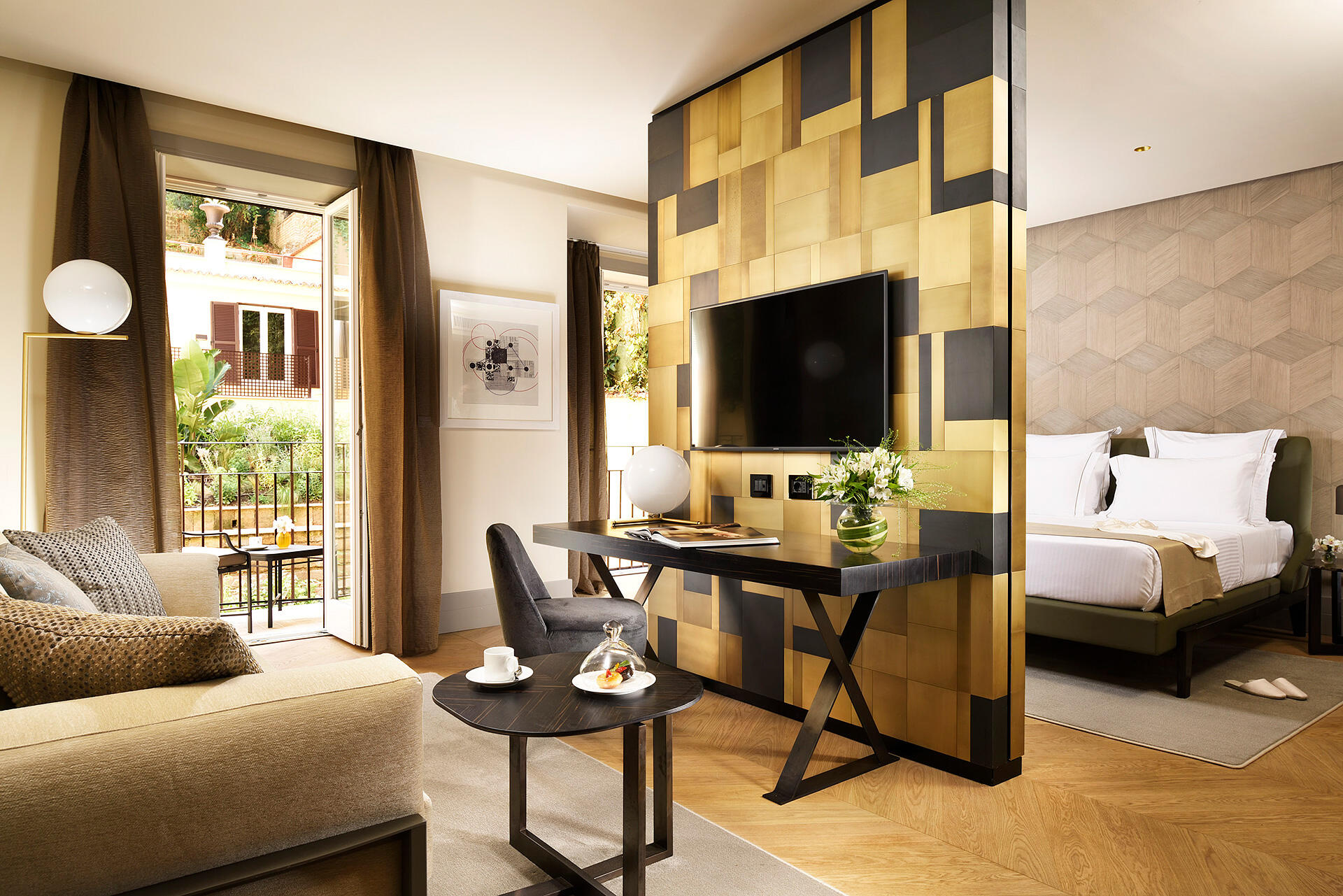 Luxury Suite in Rome with TV and sofa