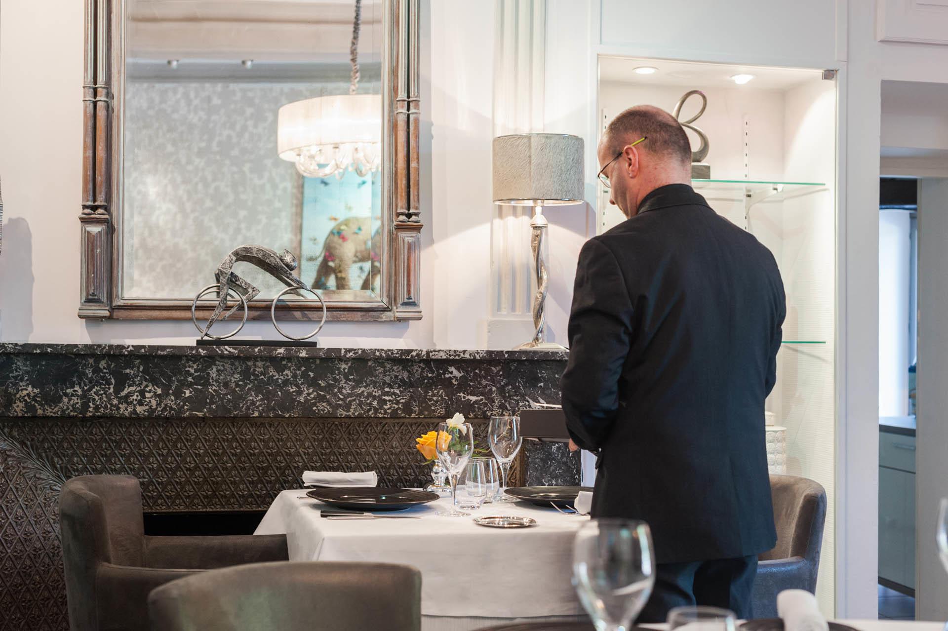 serveur dans le retaurant de l'hôtel Clos St Elois, The Original