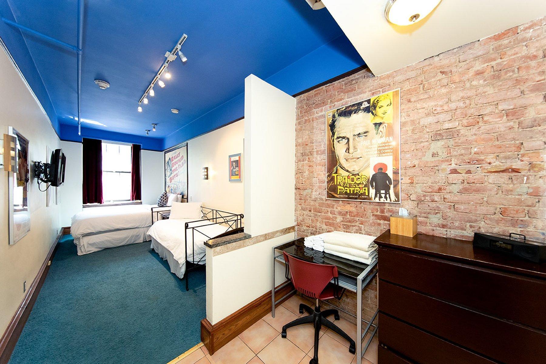 Hotel room with Traidor a su Patria movie theme.