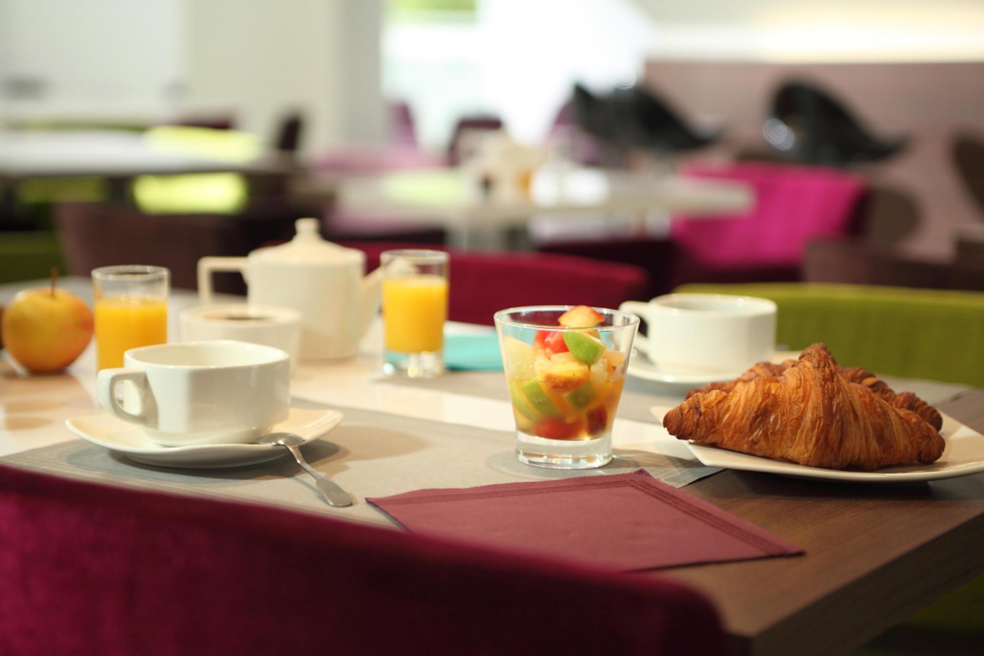 petit-déjeuner avec croissant et salade de fruits au The Origina