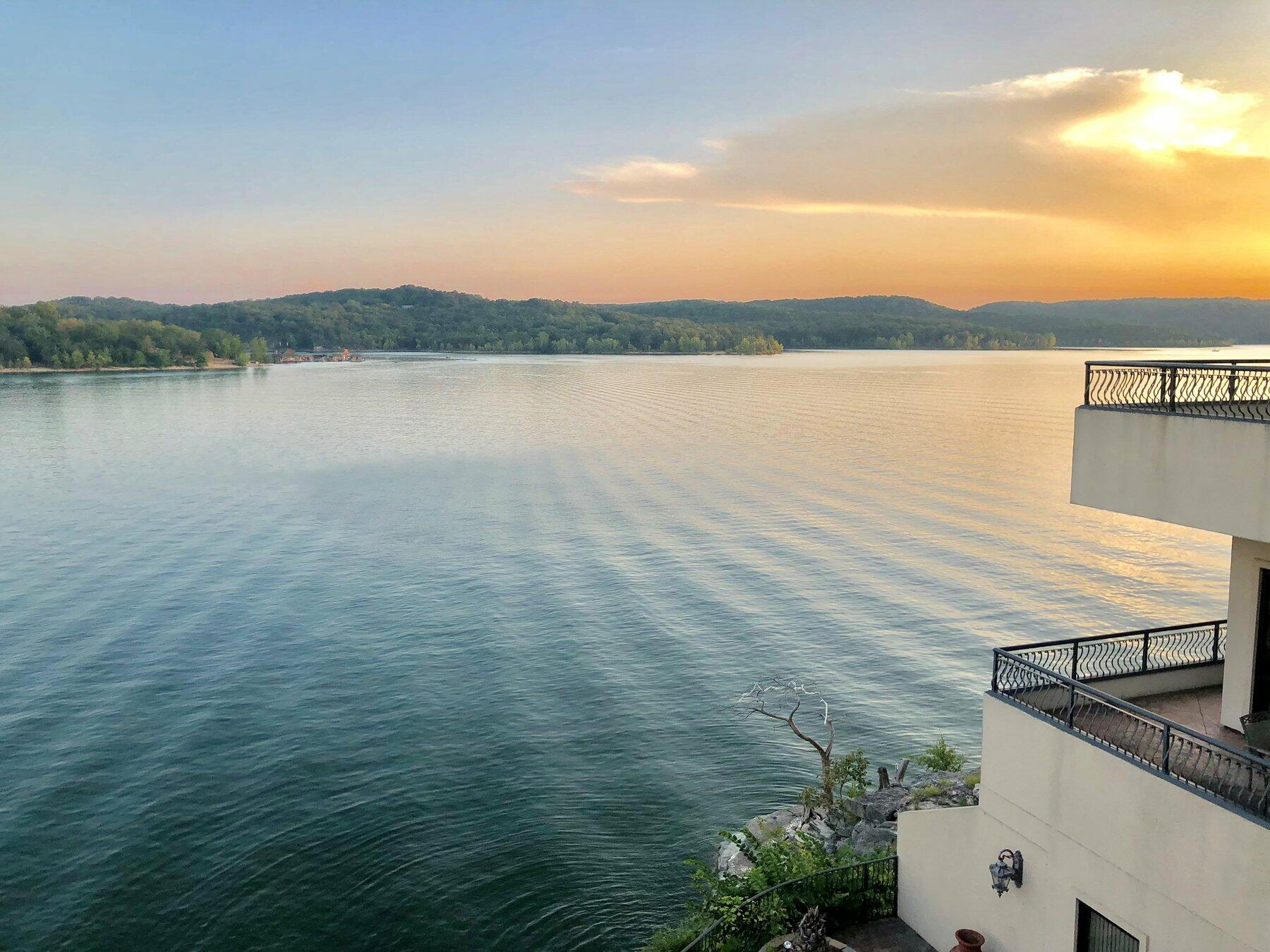 hotel on a lake in missouri