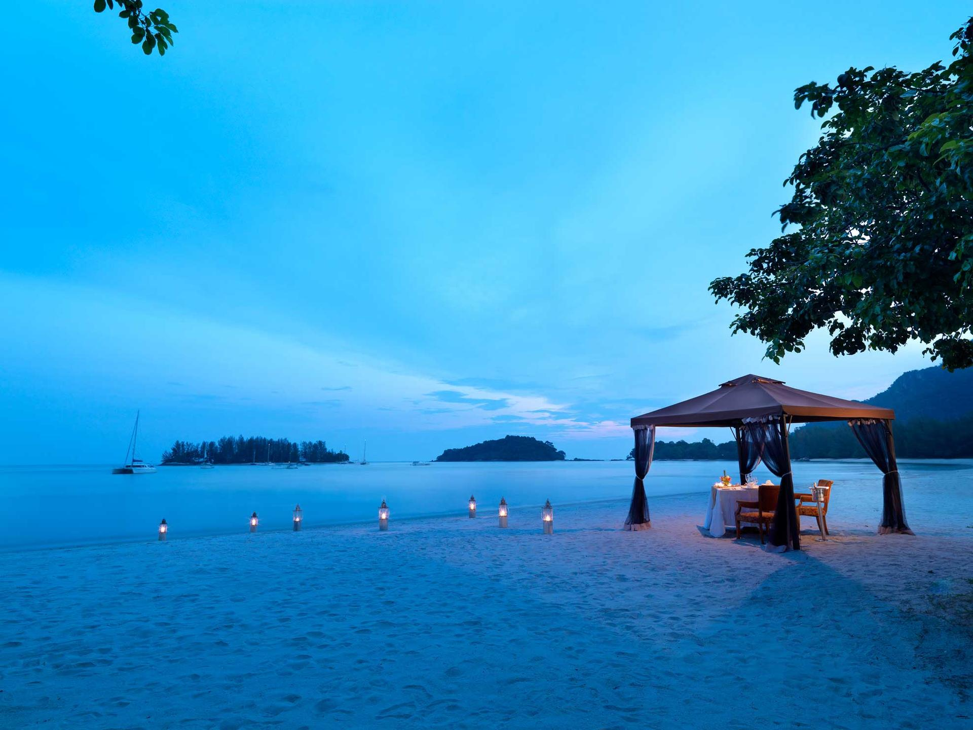Private dining by the beach in the evening