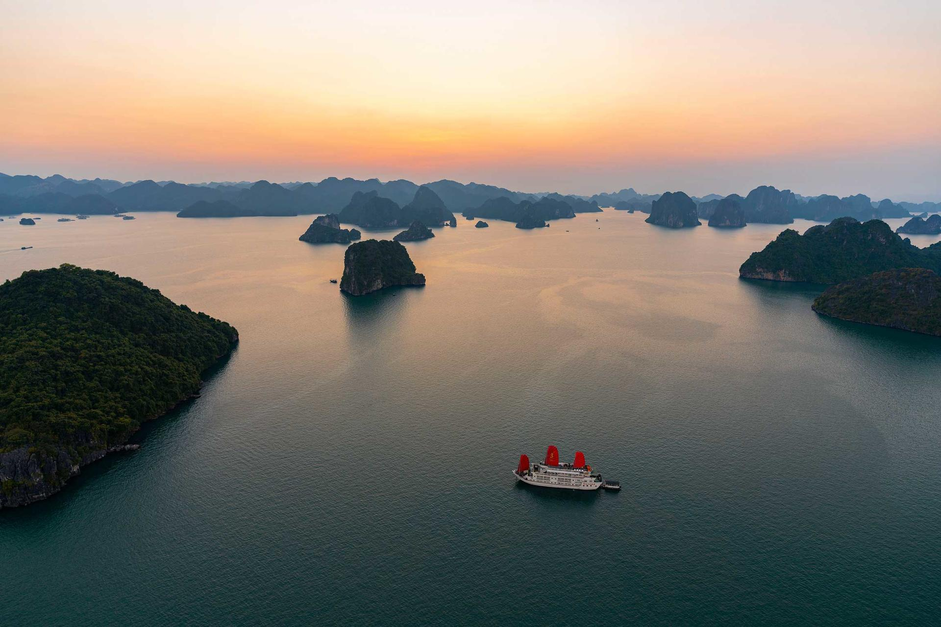 Syrena Cruises - Best Halong Bay Cruises