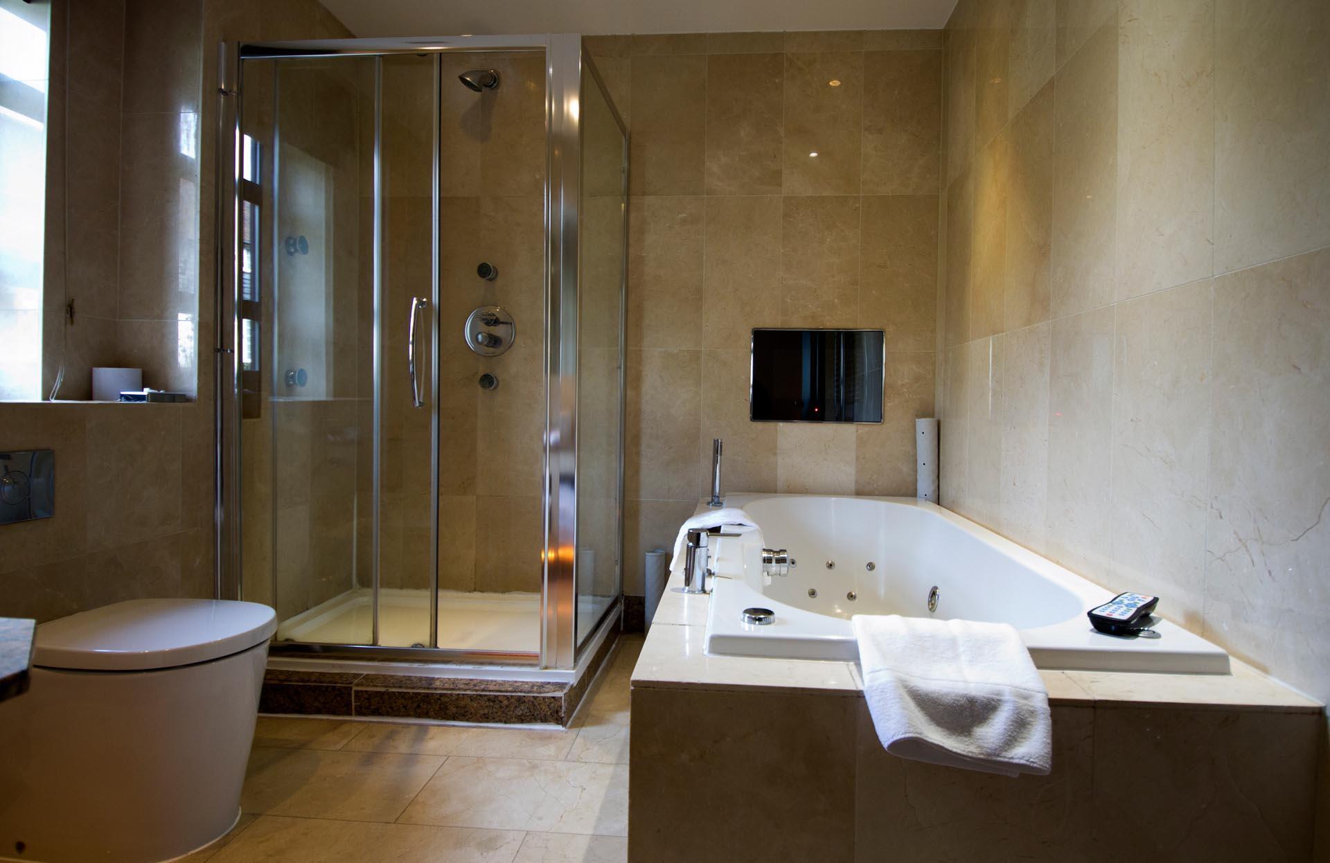 Executive Room Bath at Barn Hotel Ruislip near London