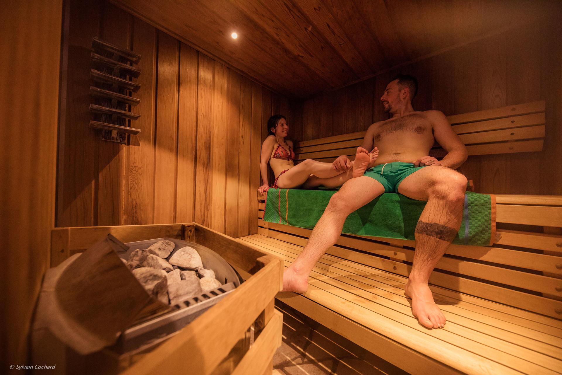 Une femme et un homme dans le sauna