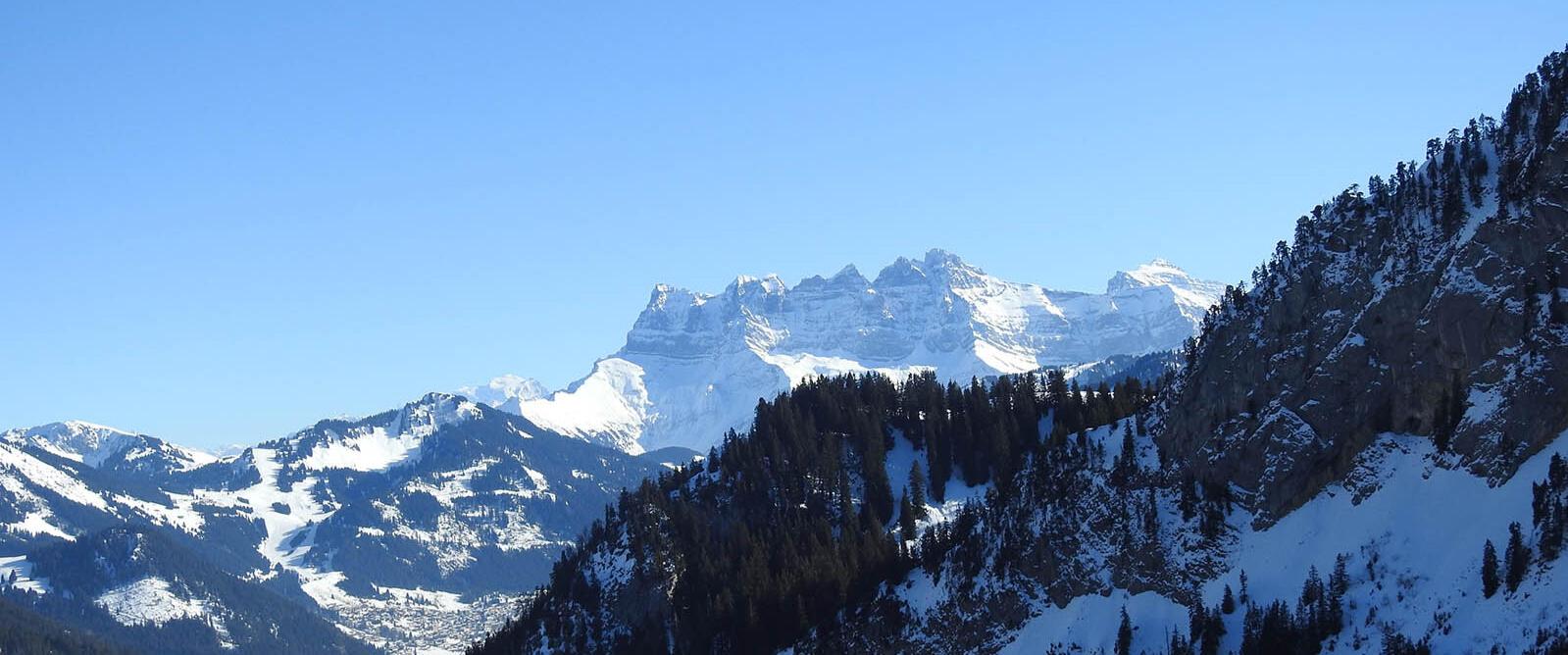 Photo des dents du midi avec hiver sous un ciel bleu