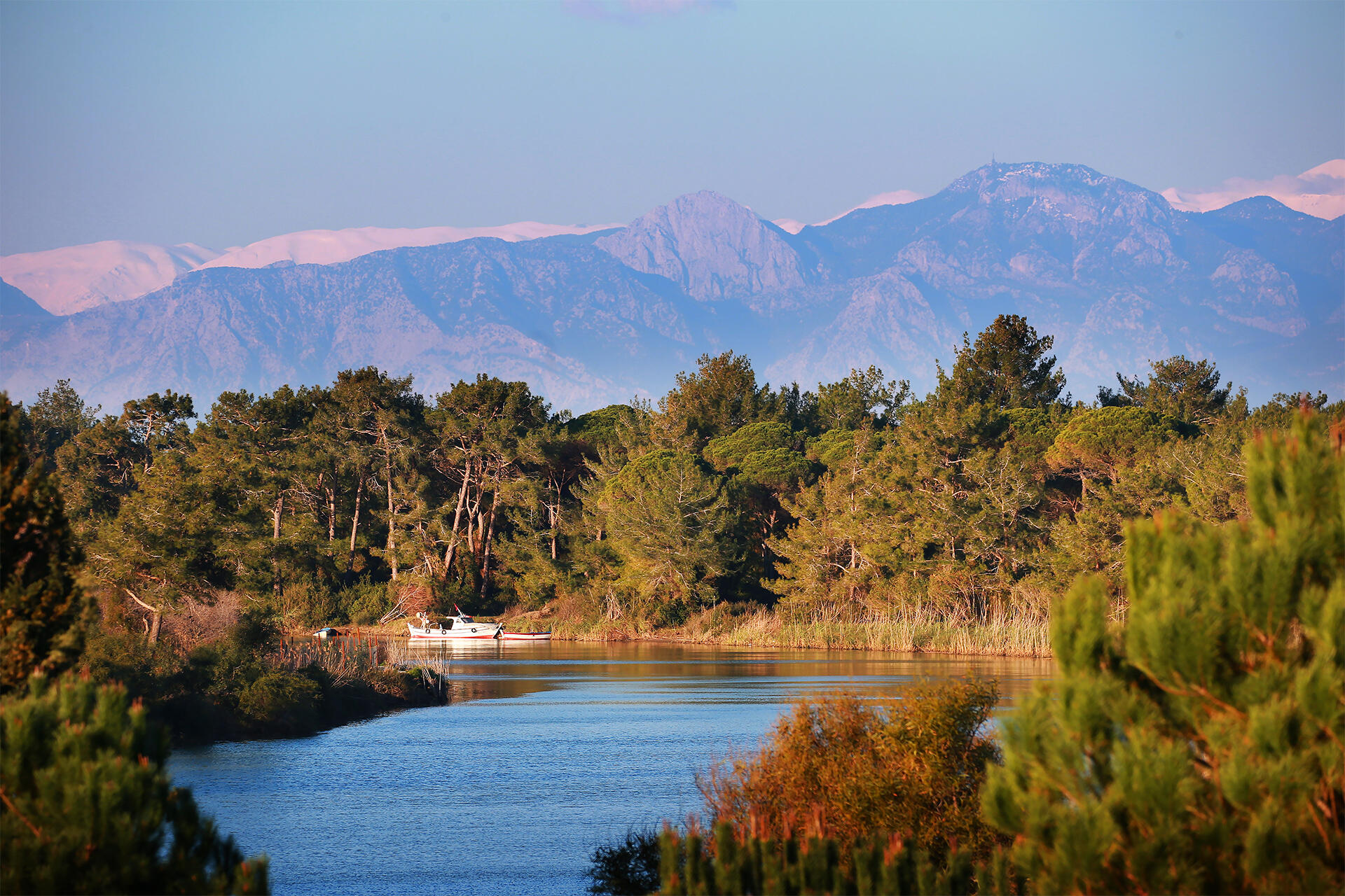 Titanic Golf Club lake and mountains