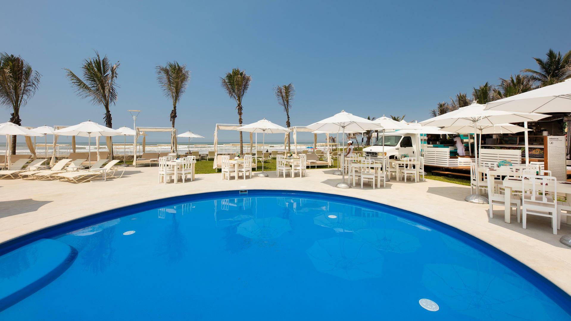 Dining area at Scala Ocean Club in Mundo Imperial