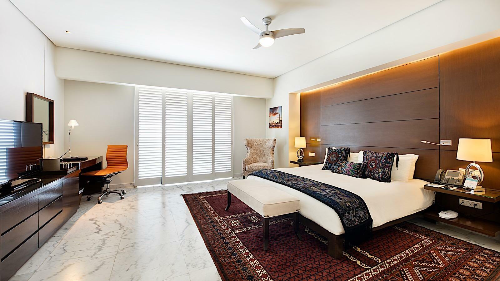 Master Suite King Size Bed Resort View Room with one bed at Mundo Imperial