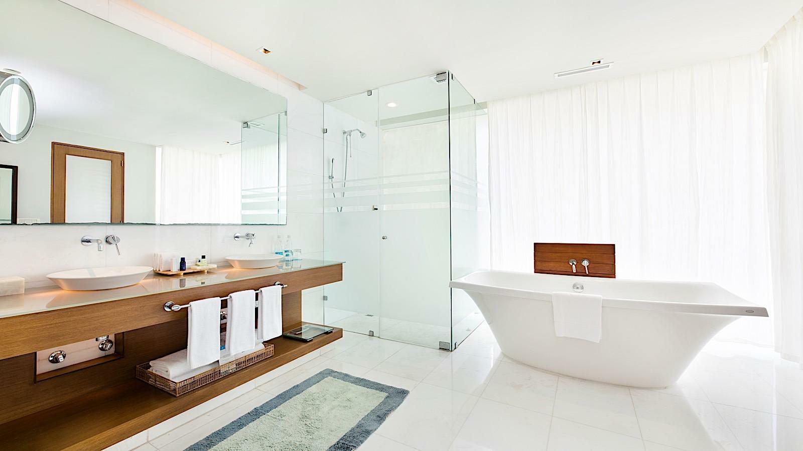 Bathroom with a bathtub in PH1 Room at Mundo Imperial