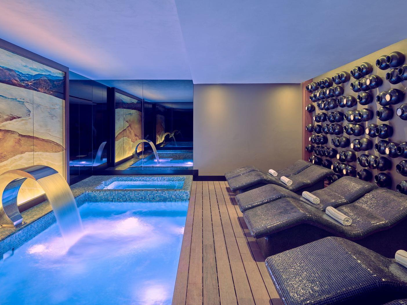 Spa with jacuzzi and relaxing beds at Grand Fiesta Americana