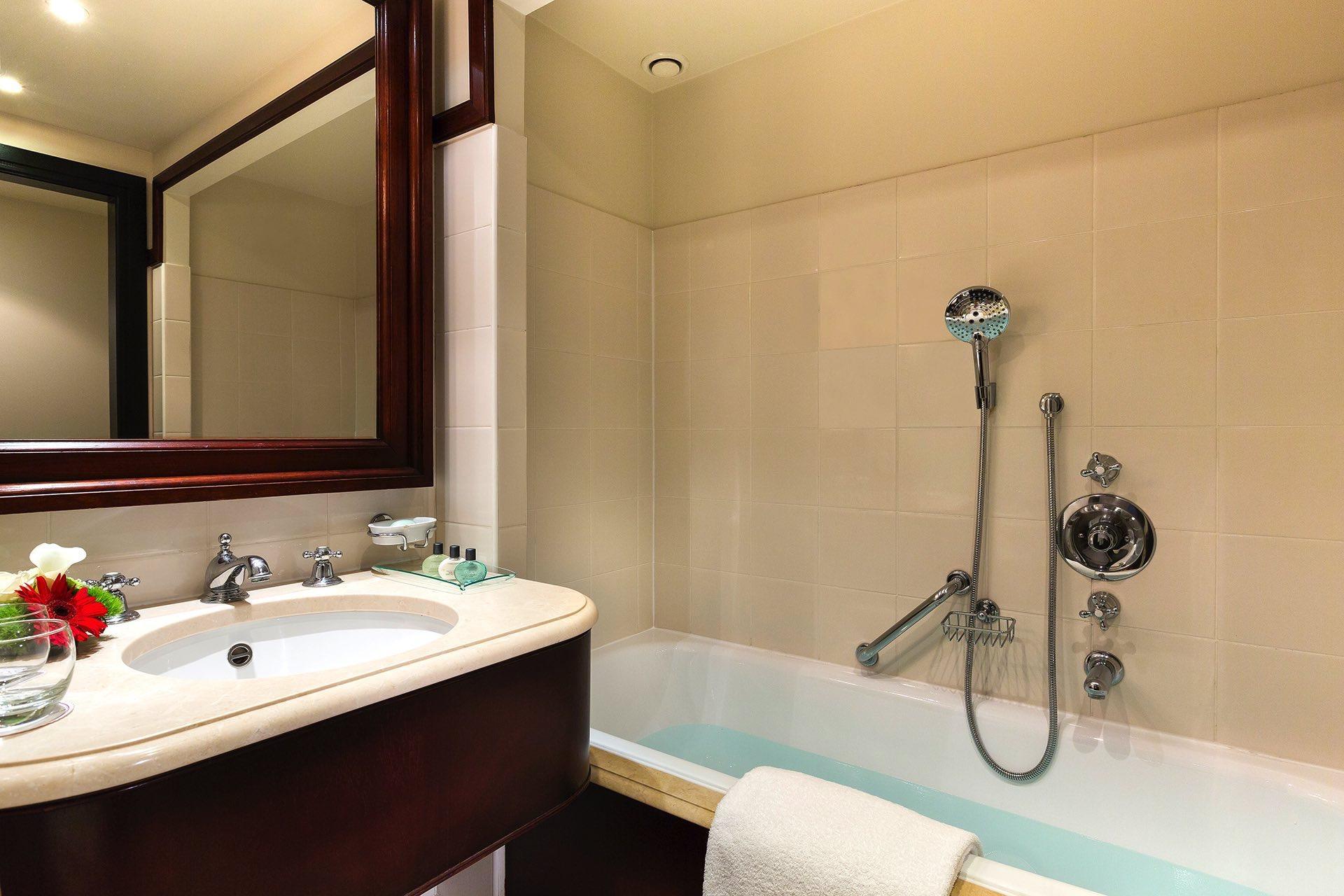 Salle de bain d'une chambre classique à l'Hotel Barsey by Warwic