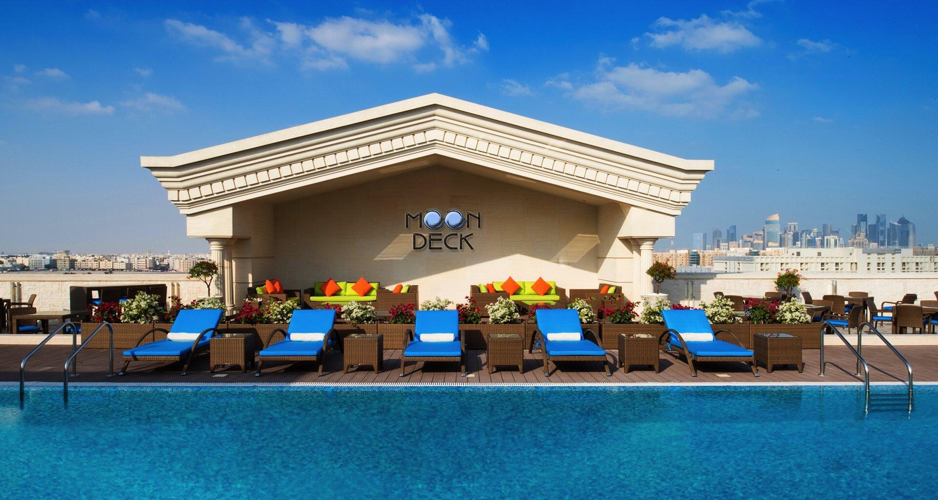 حوض السّباحة في مون ديك الدوحة