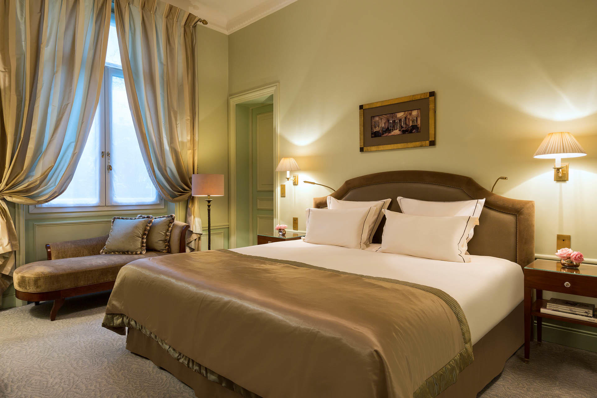 Suite Bed on Hero at Westminster Warwick Paris