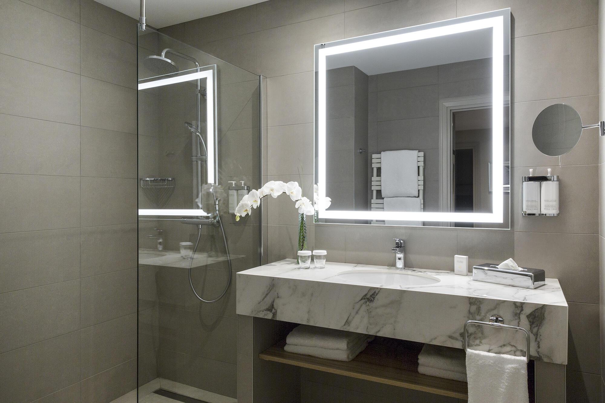 Salle de bain d'une Premium Suite au Warwick Reine Astrid Lyon