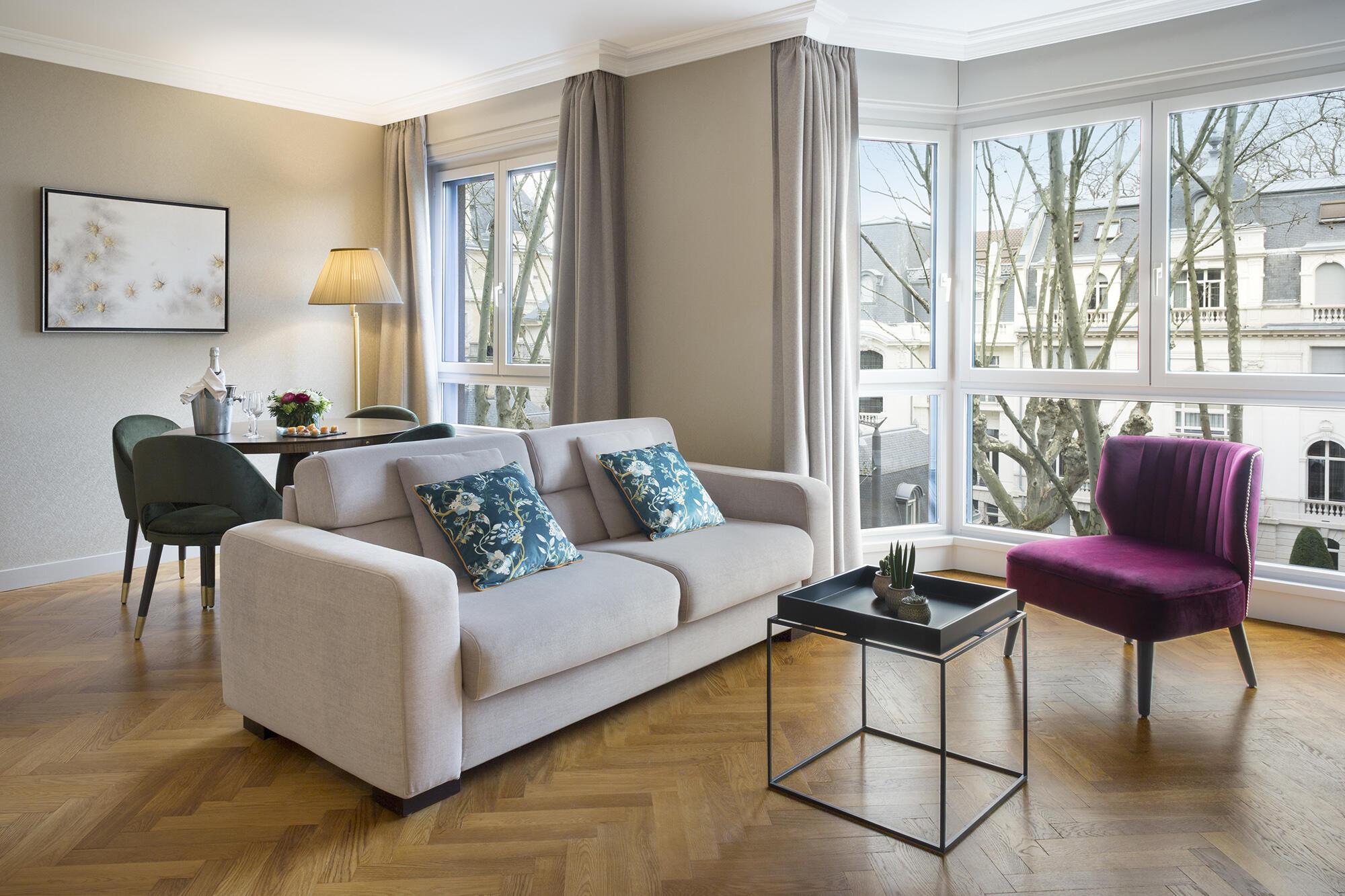 Salon d'une Premium Suite au Warwick Reine Astrid Lyon