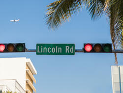 traffic light with lincoln rd sign