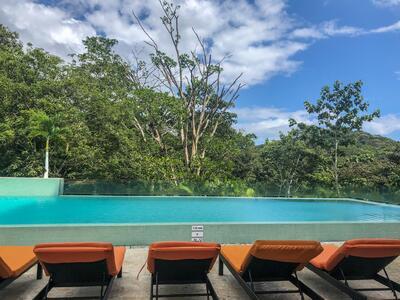 Piscina infinita con vista a la selva tropical