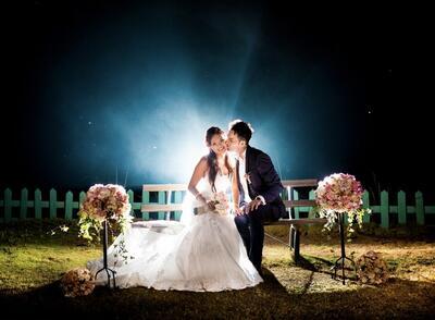 Pareja besándose después de la boda