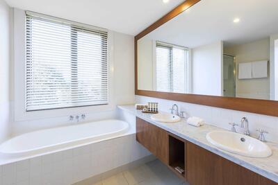 Twin Room's Bathroom - Yarra Valley Lodge