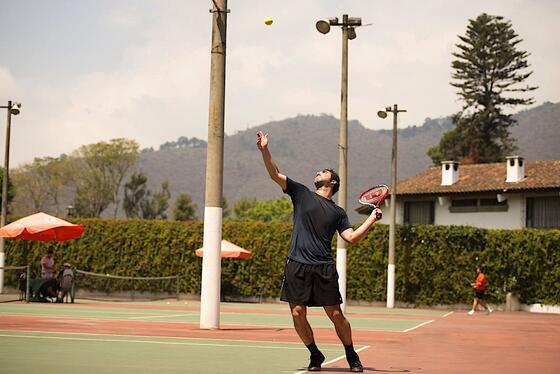 Chico jugando tenis