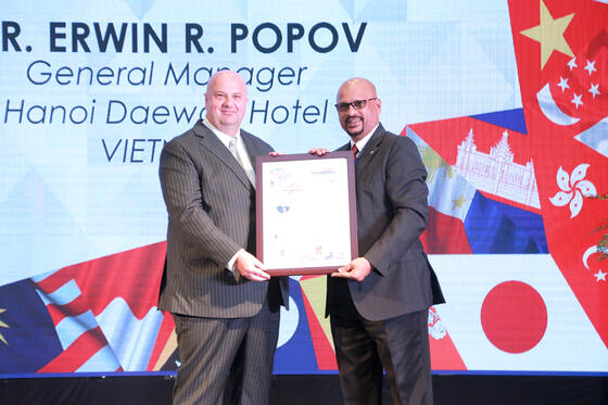 Getting awards at Hanoi Daewoo Hotel