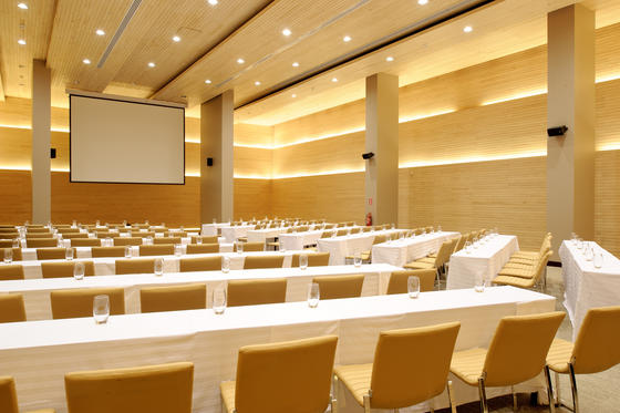 Mayo Meeting Room with projector screen at NOI Vitacura hotel