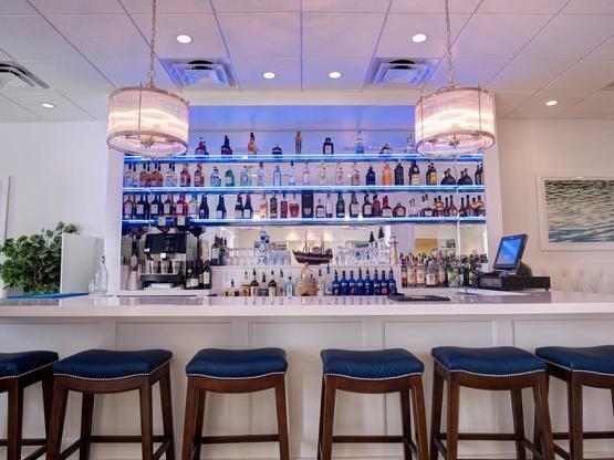ICONA Avalon shimmer bar with stools