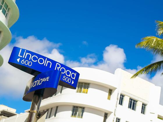 building with a street sign labeled lincoln road