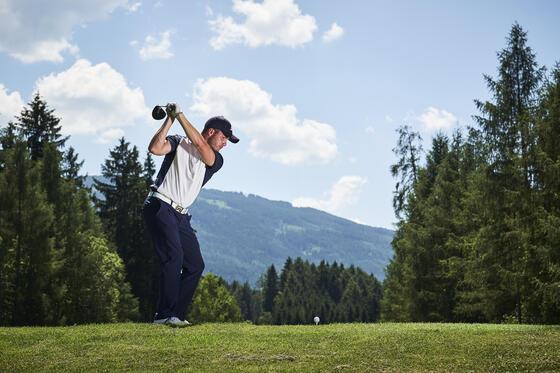 Mann spielt Golf im IMLAUER Hotel Schloss Pichlarn