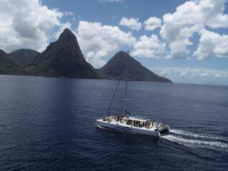 boat sailaing around st lucia