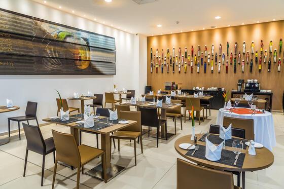 Restaurant moderne avec œuvres d'art sur les murs