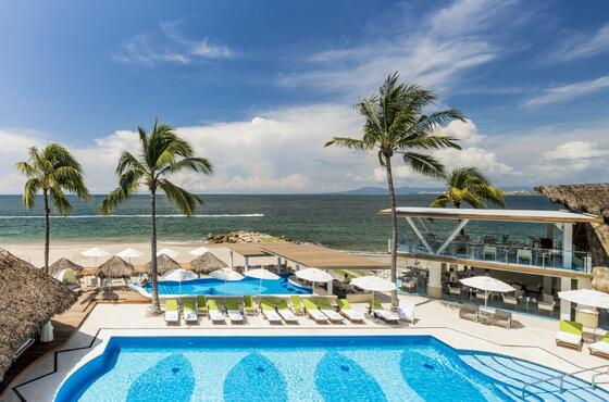 una piscina de hotel en la playa