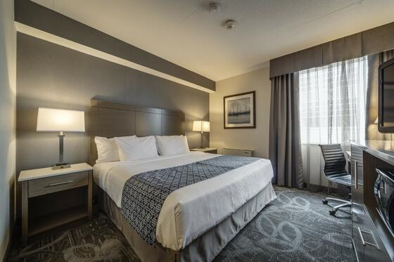 Double bed with working desk and Flat tv - Monte Carlo Inn Airpo