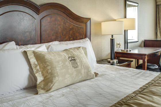 King Bed - Monte Carlo Inns - Downtown Markham